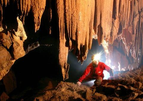 homme dans une grotte