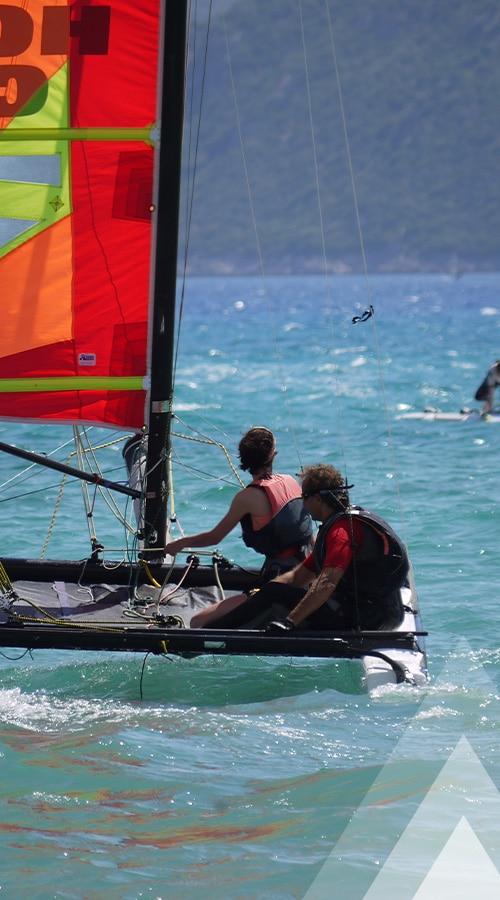 deux personnes en catamaran